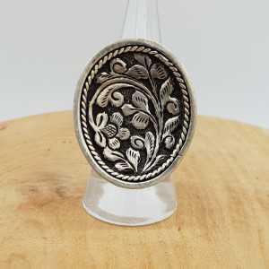 Zilveren ring met ovale bewerkte kop verstelbaar