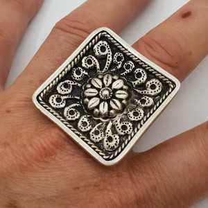 Zilveren ring met grote vierkante bewerkte kop verstelbaar
