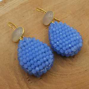 Goud vergulde oorbellen met grijze Chalcedoon en druppel van blauwe kristallen