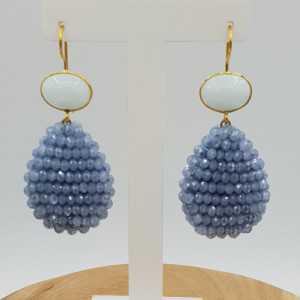 Goud vergulde oorbellen met witte Chalcedoon en druppel van blauwe kristallen