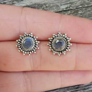 Silver oorknoppen set with round faceted Labradorite