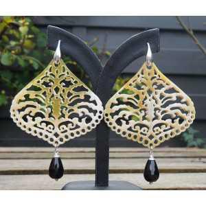 Zilveren oorbellen met uitgesneden Buffelhoorn en Onyx briolet