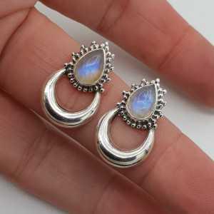 Zilveren maan oorknoppen gezet met regenboog Maansteen