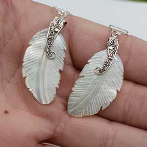 Zilveren oorbellen veer van Parelmoer