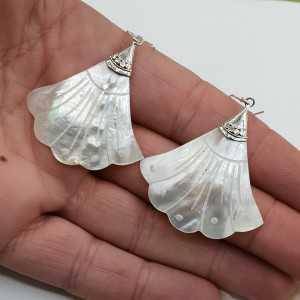 Zilveren oorbellen waaier van Parelmoer