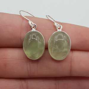 Zilveren oorbellen gezet met ovale cabochon Prehniet
