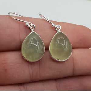 Zilveren oorbellen met druppelvormige cabochon Prehniet