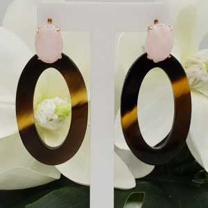 Rosé gold-plated oorknoppen with rose quartz and oval buffalo horn pendant