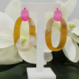 Rosé goud vergulde oorknoppen met roze Agaat en ovale Buffelhoorn hanger