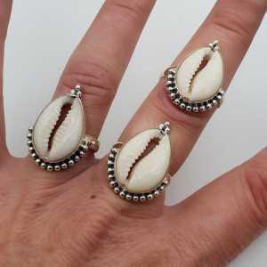 Zilveren ring met Cowrie schelp