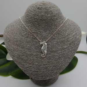 Zilveren hanger zeepaard gezet met Parelmoer