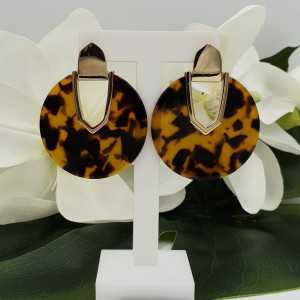 Gold colored earrings with round resin pendant