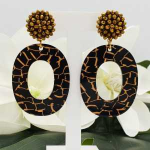 Gold colored earrings with pendant of resin