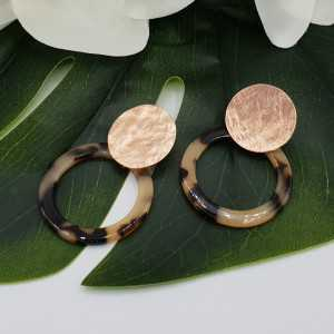 Rose gold plated earrings with open round tortoise resin pendant
