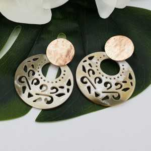 Rosé gold-plated earrings with round cut-out buffalo horn pendant