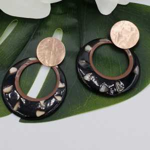 Rosé gold-plated earrings with round puma buffalo horn pendant
