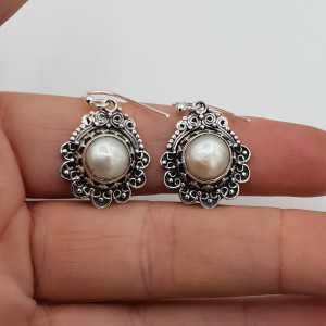 Zilveren oorbellen Parel gezet in bewerkte setting