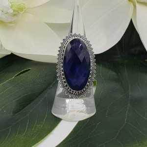Zilveren ring met Saffier en bewerkte kop 16.5 mm
