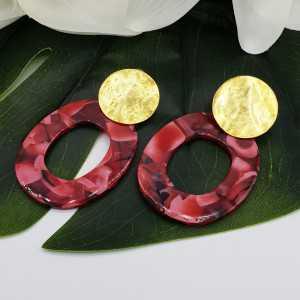 Oorbellen met rode resin hanger