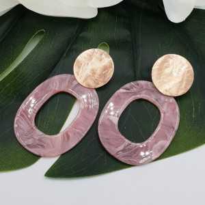 Oorbellen met roze resin hanger