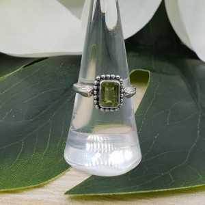 Zilveren ring gezet met rechthoekige Peridot 17.3 mm