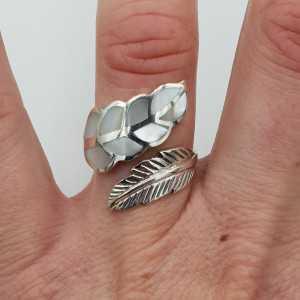 Zilveren veren ring gezet met Parelmoer verstelbaar