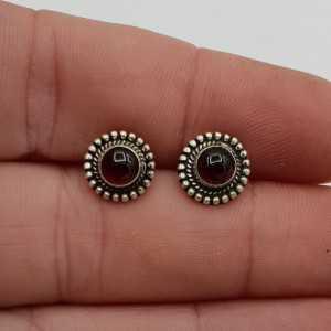 Zilveren oorknoppen met ronde Granaat
