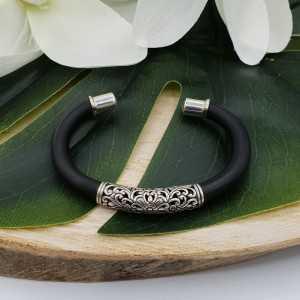 Zilveren armband bangle van rubber en bewerkt zilver