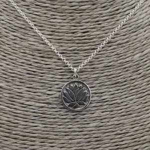Silberne Halskette mit rundem Anhänger lotus