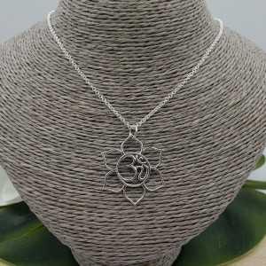 Zilveren ketting met open lotus hanger met Ohm teken