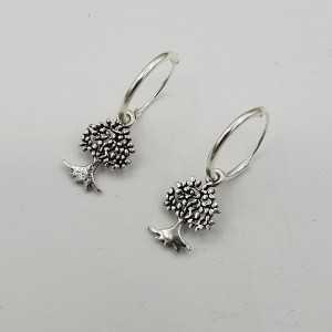 Zilveren creolen met levensboom hanger