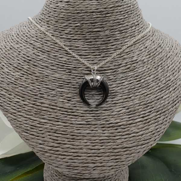 Zilveren ketting met zwarte hoorn hanger