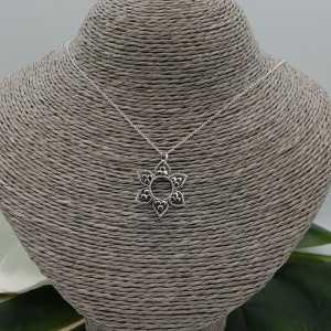 Zilveren ketting met bloem hanger