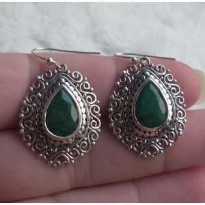 Zilveren oorbellen druppelvorm facet Emerald in bewerkte setting