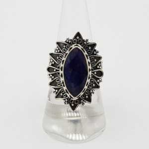 Zilveren ring gezet met marquise Saffier en bewerkte setting 18 mm