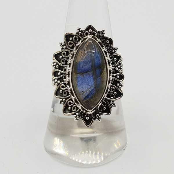 Zilveren ring met marquise Labradoriet in bewerkte setting 18 mm