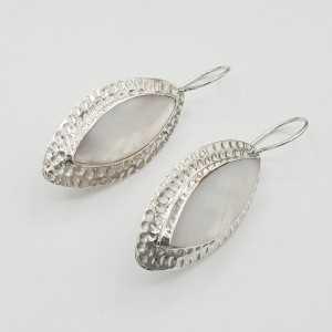 Zilveren oorbellen gezet met marquise Parelmoer