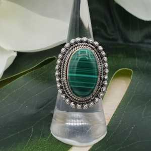Zilveren ring gezet met Malachiet en bewerkte kop 16.5 mm