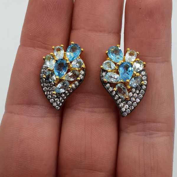 Vergoldete Ohrringe mit blauen Topase und weißem Topas