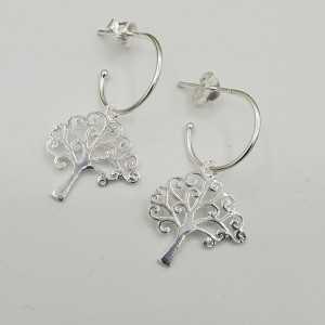 Zilveren halve creolen met levensboom hanger