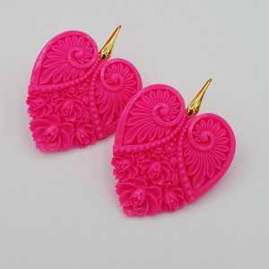 Oorbellen met uitgesneden fuchsia roze hart