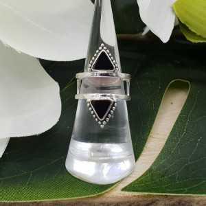 Zilveren ring gezet met driehoekige zwarte Onyxen