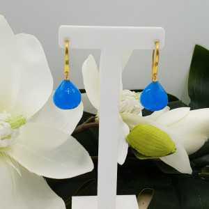 Vergulde oorbellen met facet geslepen blauwe Chalcedoon druppel
