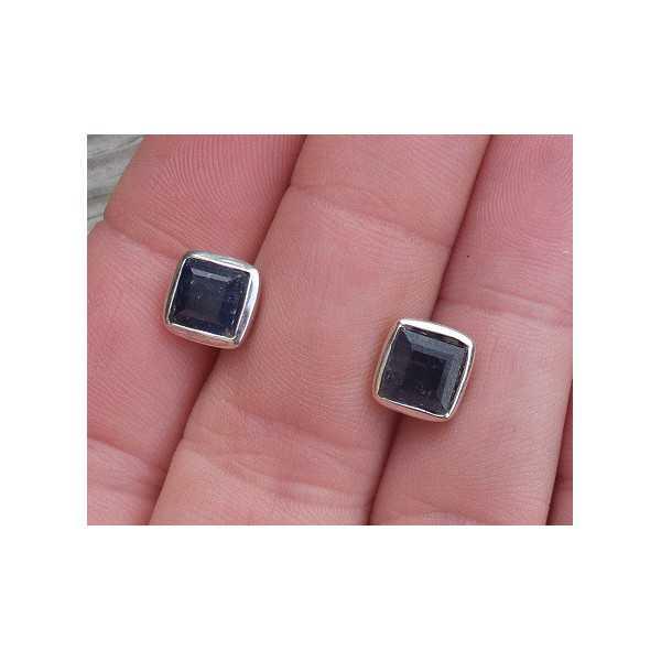 Zilveren oorknoppen gezet met vierkante facet Saffier