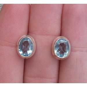 Zilveren oorknoppen gezet facet blauw Topaas