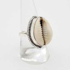 Zilveren ring gezet met Cowrie schelp 18 mm