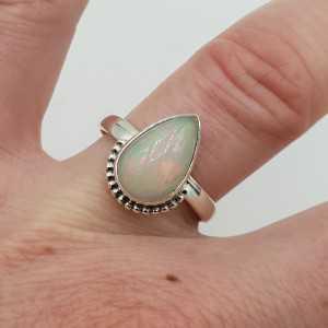 Zilveren ring gezet met druppelvormige Ethiopische Opaal maaat 17.7 mm
