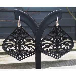 Zilveren oorbellen gezet met uitgesneden zwarte Buffelhoorn