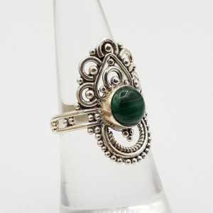 Zilveren ring gezet met ronde Malachiet en bewerkte kop 16.5 mm