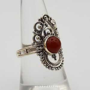 Zilveren ring gezet met ronde Carneool en bewerkte kop 18 mm